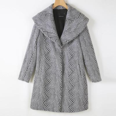 深灰色大衣搭配靓色包包图片女