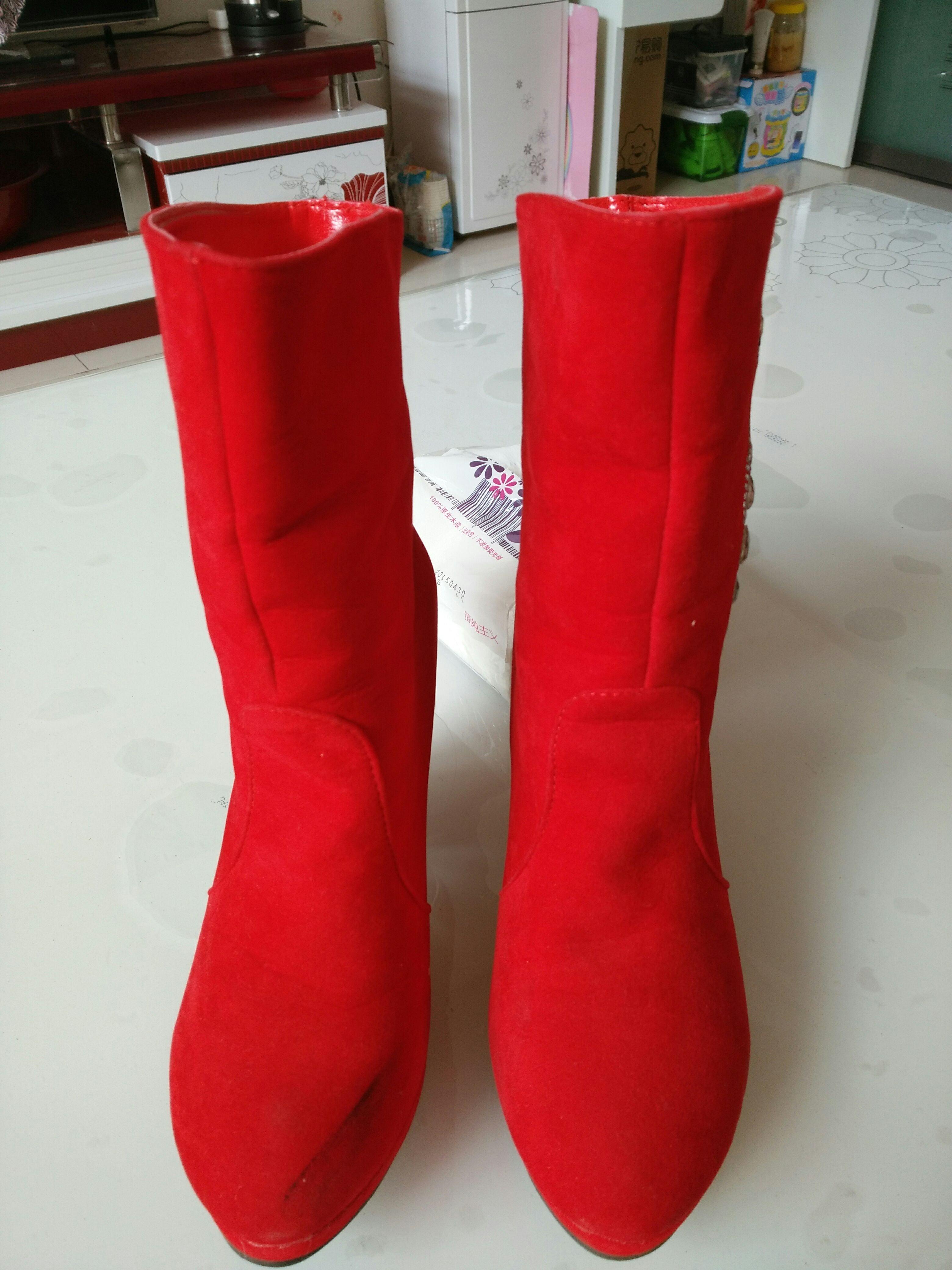 红色长靴子搭配全身图片